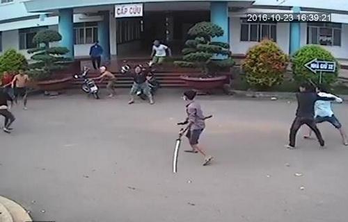 Hai nhóm hỗn chiến trước phòng cấp cứu bệnh viện Xuân Lộc. Ảnh: Cắt từ clip