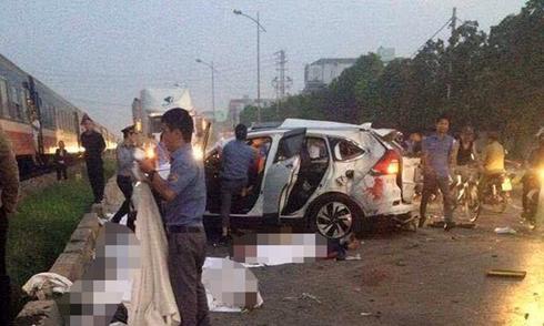 Hiện trường ôtô băng ngang đường sắt làm 5 người chết
