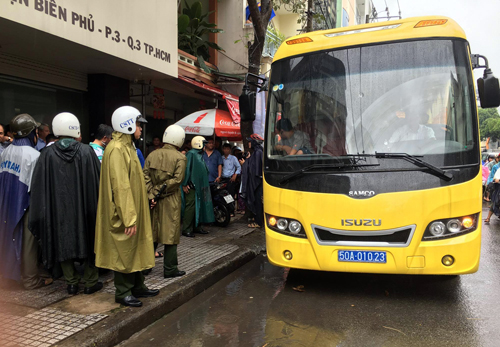 gan-tram-canh-sat-bao-vay-dong-lac-cua-dan-choi-sai-gon-2