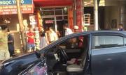 Muôn kiểu giao thông VN: Mở cửa ôtô bất cẩn bị Kia đâm gãy nát