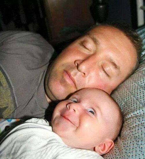 Khi ông bố chăm con ngủ.