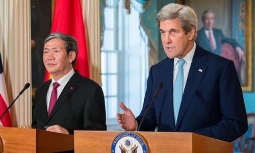 Ngoại trưởng Mỹ John Kerry và Ủy viên Bộ Chính trị, Thường trực Ban Bí thư Đinh Thế Huynh. Ảnh: U.S. Department of State.