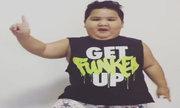 Cậu bé nổi tiếng sau khi nhảy múa trên nền video gây sốt