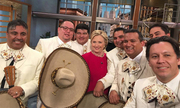 Bà Clinton nhảy salsa mừng sinh nhật trên sóng truyền hình
