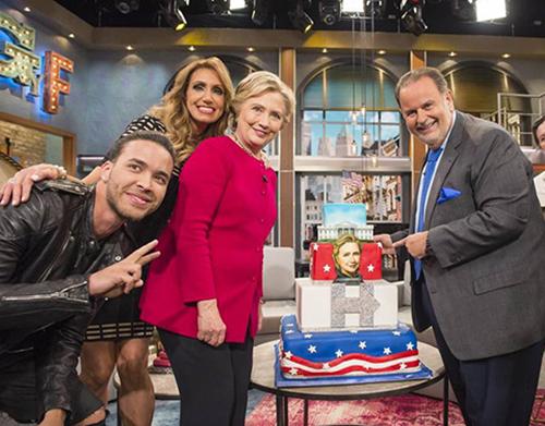 Ứng viên tổng thốngHillary Clinton và hai người dẫn chương trìnhRaúl De Molina và Lili Estefan cùng nam ca sĩPrince Royce