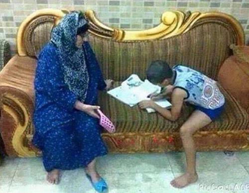 Cách mẹ giúp tôi làm bài tập về nhà.
