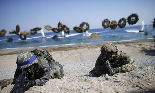 Binh sĩ Hàn Quốc (mũ băng xanh) và Mỹ trong cuộc tập trận chung ở Pohang, Hàn Quốc, hồi tháng 3. Ảnh: Reuters.