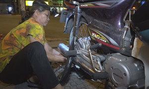 Cảnh đời của cụ bà vá xe nuôi cháu ngoại ở Sài Gòn