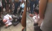 Nam thanh niên quỳ lạy vẫn bị đánh vì nghi trộm xe máy