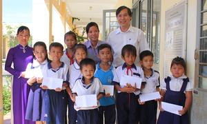 100 suất học bổng trao đến tay trẻ em nghèo hiếu học