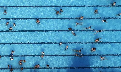 Nhóm thiếu niên bị tố sàm sỡ các thiếu nữ tại bể bơi. Ảnh minh họa: Reuters