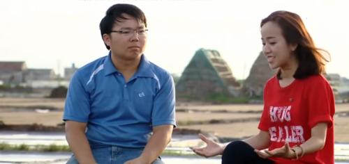 Anh Phạm Văn Cương (áo màu xanh) đang ngồi tại cánh đồng muối. Ảnh: vtv