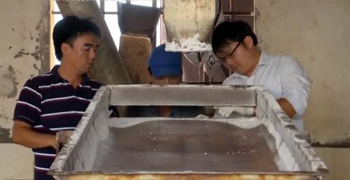 Anh Phạm Văn Cương cùng công nhân  nhà máy bảo trì máy móc. Ảnh: vtv