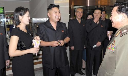 Đệ nhất phu nhân Triều Tiên Ri Sol-ju (trái) trong một lần xuất hiện cùng chồng. Ảnh: KCNA.