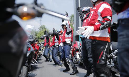 Honda Asian Journey quy tụ những biker là nhà báo, thành viên các đoàn tham gia chạy xe phân khối lớn Honda từ Phuket, Thái Lan sang đến Sepang, Malaysia, nơi diễn ra chặng 17 của giải đua xe MotoGP. Tham gia khóa huấn luyện lái xe an toàn tại Phuket, Thái Lan, hoạt động đầu tiên trước mỗi buổi học hay trước mỗi hành trình bắt buộc là việc khỏi động, làm nóng cơ thể.