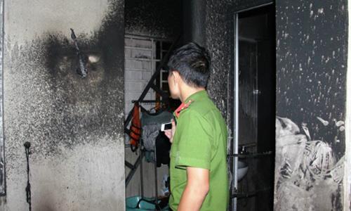 Cảnh sát khám nghiệm hiện trường căn nhà cháy khiến hai cha con anh Tình tử vong.