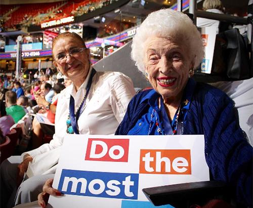 Bà Emmett, 102 tuổi (phải), làđại biểu cao tuổi nhất tại đại hội toàn quốc của đảng Dân chủ hồi tháng 7. Ảnh: Instagram