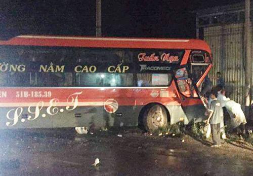 Ôtô khách hư hỏng phần đầu, tài xế bị gãy chân kẹt trong cabin sau cú tông mạnh. Ảnh: Phúc Hưng