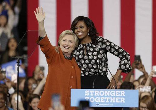 Bà Hillary Clinton và đệ nhất phu nhân Michelle Obama thân thiết trên sân khấu vận động tranh cử ở thành phố Winston-Salem, bang Bắc Carolina. Ảnh: AP