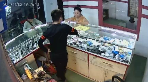 khach-nu-mang-chu-tiem-khong-mua-lai-iphone-trung-quoc