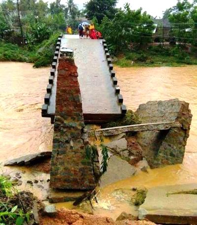 Cầu Bù Nú (xã Ân Nghĩa, huyện Hoài Ân) bị mưa lũ gây hư hỏng nghiệp trọng và cuốn trôi hoàn toàn. Ảnh: Quy Nhơn