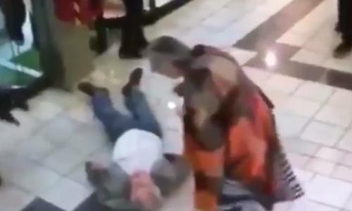 Cụ ông 84 tuổi bị nằm trên sàn sau khi tung cước đốn ngã tên trộm vị thành niên. Ảnh: Telegraph.