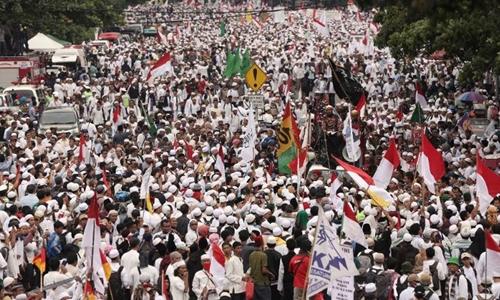 Người Hồi giáo ở Jakarta, Indonesia biểu tình phản đối thị trưởng gốc Trung Quốc vì xúc phạm kinh Koran. Ảnh: AP.