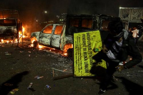 Xe ôtô bị đốt trong cuộc biểu tình tối nay ở Jakarta. Ảnh: JakartaGlobe