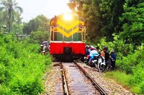 Khi tàu hỏa chạy đến, người dân hốt hoảng né dạt qua 2 bên đường ray. Ảnh: Quy Nhơn.
