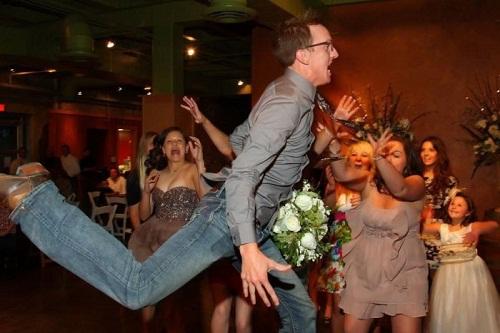 Chú rểcứ bay trên không, việc đỡ cứ để cô dâu.