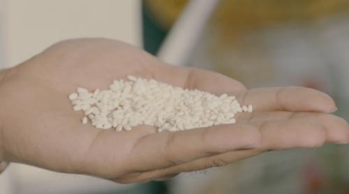 Những hạt gạo to tròn, trắng ngần do bà con Yên Phong làm ra. Ảnh: bizmedia
