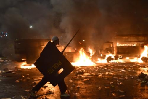 Bạo lực nổ ra ở Jakarta khi người biểu tình không chịu giải tán theo yêu cầu của cảnh sát. Ảnh: Reuters