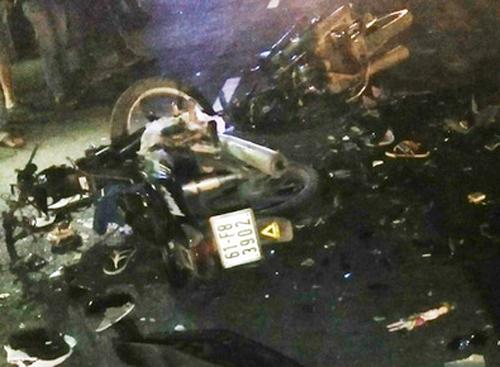 Hai xe máy bể nát sau cú tông trực diện. Ảnh: Phúc Hưng