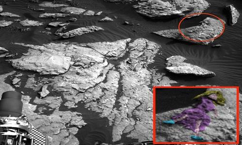 Hình khắc thiếu nữ tóc dài nằm trên tảng đá sao Hỏa