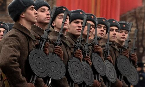 Lính Nga trong quân phục hồi Thế chiến II tại lễ kỷ niệm duyệt binh  Chiến tranh Vệ quốc, tổ chức năm 2014. Ảnh: AFP.
