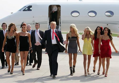 Nhiều cựu nhân viên của ông Trump cho hay những phụ nữ hấp dẫn thườngđược ưu tiên hơn. Ảnh: Feminist Current