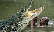 Người đàn ông làm cách nào để qua được con sông đầy cá sấu?