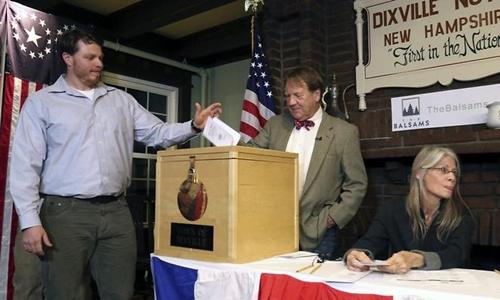 Clay Smith vinh dự là cử tri Mỹ đầu tiên đi bỏ phiếu. Ảnh: APP.