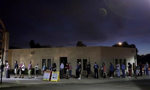 Cử tri Mỹ đi bầu cử tại thành phố Phoenix, bang Arizona từ mờ sáng. Ảnh: AP.