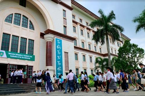 Đoàn sinh viên Campuchia thăm Đại học Tân Tạo.