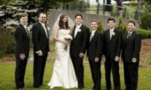 Tại sao người vợ đòi ly hôn khi xem lại ảnh cưới này?