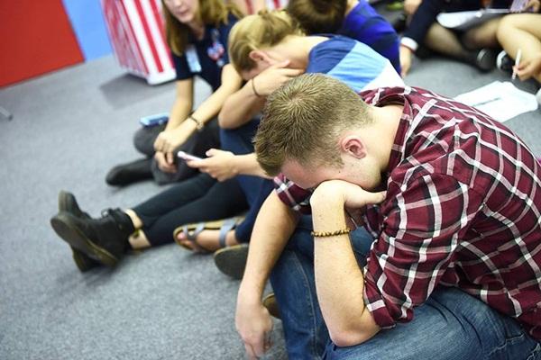 Những người ủng hộ ứng viên tổng thống đảng Dân chủ Hillary Clinton khóc khi theo dõi dự đoán kết quả bầu cử tại Đại sứ quán Mỹ ở Hà Nội. Ảnh: Giang Huy