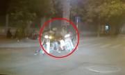 Chạy Honda Dream sang đường ẩu bị xe máy tông rơi bạn gái