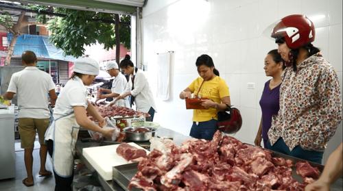 Vào khoảng 9h sáng là cửa hàng đã bán hết sạch thịt lợn. Ảnh: bizmedia