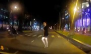 Cô gái sang đường như bóng ma ở Sài Gòn