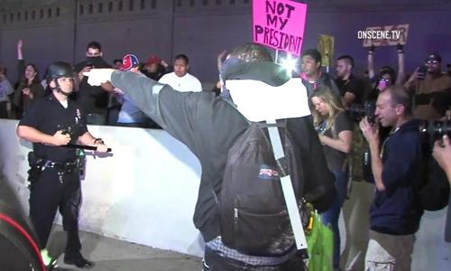 Người biểu tình phản đối Trump ở Los Angeles, Mỹ. Ảnh: ABC News.