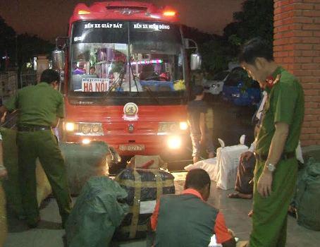 hon-300-kg-thit-cho-thoi-tren-xe-khach-giuong-nam