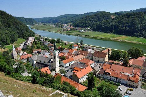 Ảnh 1: Thị trấn Sevnica bên bờ sông Sava (ảnh: Kraji)