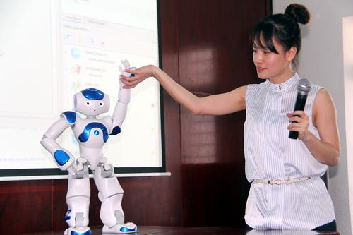 Chú robot Nao được hướng dẫn làm theo ý muốn của con người. Ảnh: Phước Tuấn