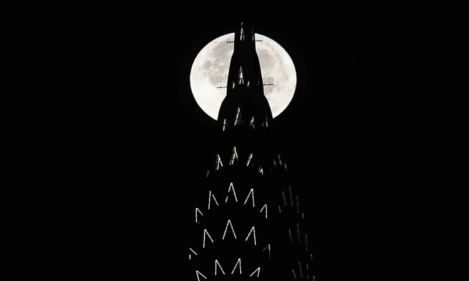 Siêu trăng lớn nhất thế kỷ bên các biểu tượng thế giới